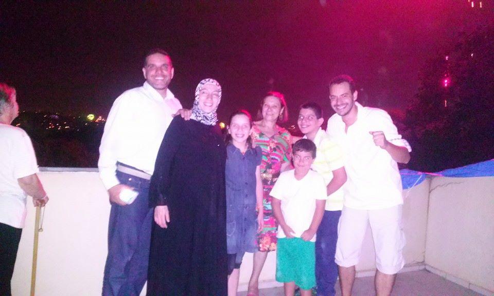 Famílias de Guillermo e Talal reunidas para o Ano Novo. Uma nova amizade que nasce. Crédito: Reprodução/Facebook
