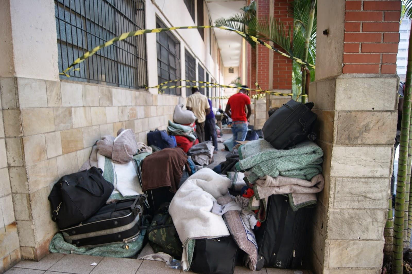 Malas se acumulam do lado de fora da Missão Paz. Crédito: Miguel Ahumada