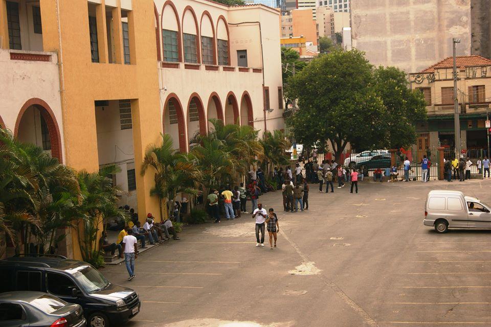 Filas de imigrantes no pátio da Missão Paz são uma cena comum no dia a dia do local. Crédito: Miguel Ahumada