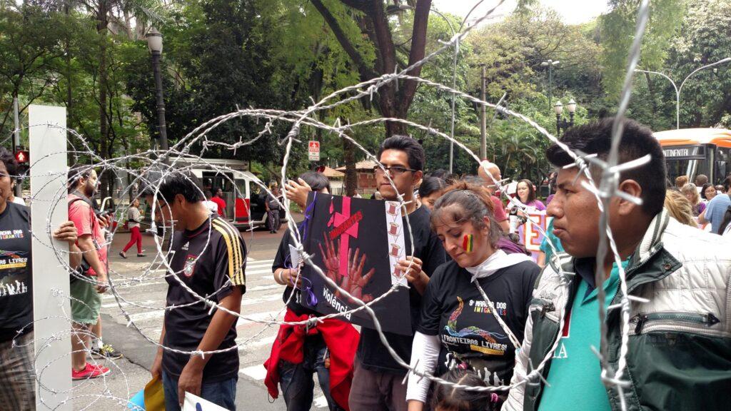 Na Marcha dos Imigrantes 2015, grupo levou cerca que simbolizou as fronteiras a serem superadas pelo mundo. Crédito: Rodrigo Borges Delfim/MigraMundo