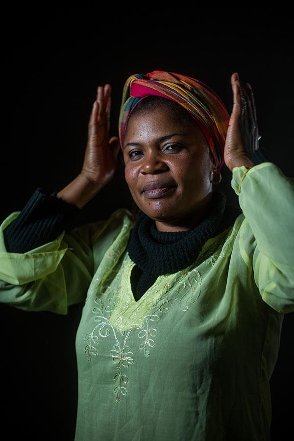 """Nkechinyere: """"Todos os seres humanos são iguais. Não é porque sou refugiada que está é minha única sina. Isso pode acontecer com qualquer pessoa. Você pode estar salva hoje e amanhã se tornar uma refugiada, depende das circunstâncias"""". Crédito: Victor Moriyama/Vidas Refugiadas"""