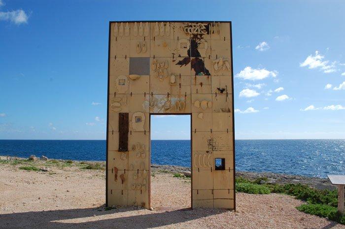Porta Di Lampedusa, monumento erguido em homenagem aos migrantes que perdem a vida tentando entrar na Europa. Crédito: reprodução/Global Project