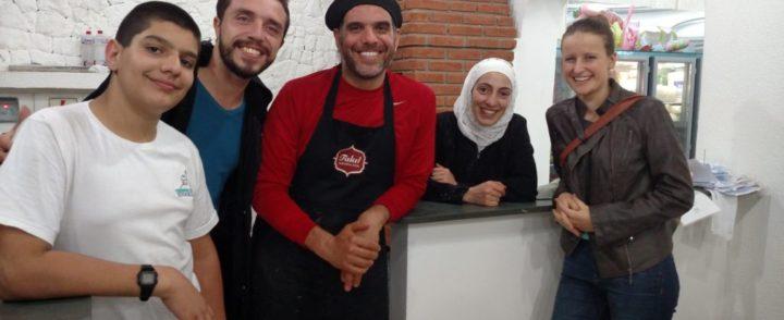 Família síria inaugura restaurante e divide alegria com voluntários e fregueses