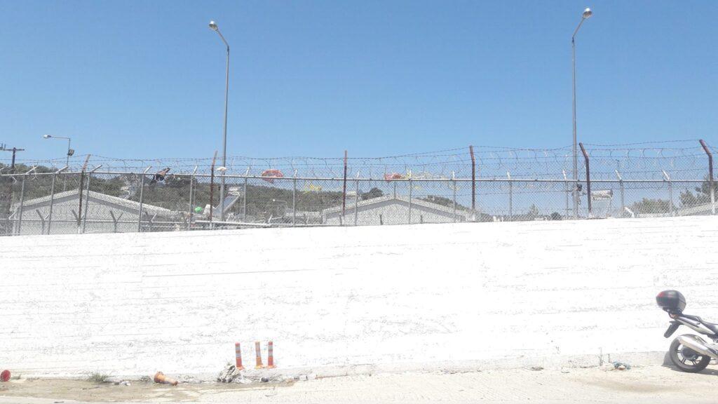 Centro de detenção Moria, também em Lesvos. Após a assinatura do acordo entre a UE e Turquia, os recém-chegados sao encaminhados diretamente a esse centro. Crédito: Bruna Kadletz