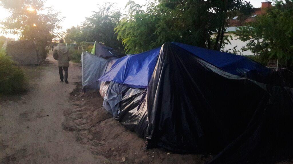 Acampamentos improvisados na zona de trânsito próxima a Kelebija, na fronteira Hungria-Sérvia. Crédito: Bruna Kadletz