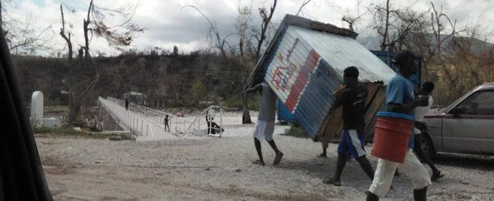 Haitianos e brasileiros usam redes informais para ajudar vítimas de furacão e pedem novo olhar sobre o Haiti
