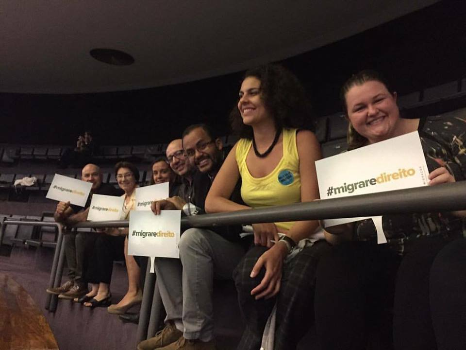 Representantes da sociedade civil presentes à Câmara celebraram a aprovação da Lei de Migração. Crédito: Letícia Carvalho/Arquivo pessoal