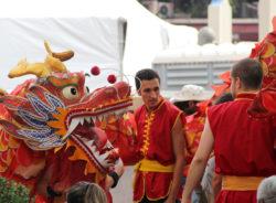 Em SP e em Paris, Ano-Novo Chinês leva multidão às ruas; festividades continuam no domingo