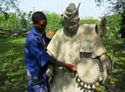 """""""A arte salvou minha vida"""", diz artista nigeriano após cruzar o Mar Mediterrâneo"""