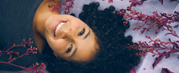 Artista colombiana mistura ritmos e expressa vida de migrante no Brasil em álbum de estreia