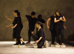 Companhia brasileira de teatro leva performance sobre refúgio para a Europa