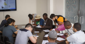 Mutirão em Curitiba cadastra currículos e orienta migrantes sobre mercado de trabalho