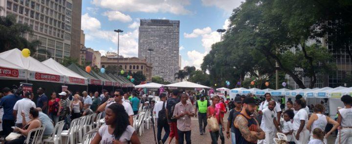 Mutirão em SP oferece serviços e atende brasileiros e migrantes no Vale do Anhangabaú