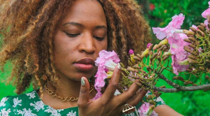 Artista sul-africana luta por permanência no Brasil