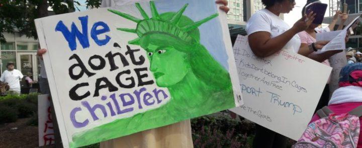 Milhares vão às ruas em 700 cidades nos EUA contra a política migratória de Trump